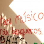 """Reads: """"Faltan musicos, sobran banqueros"""" English: Lacking musicians, but a surplus of bankers."""